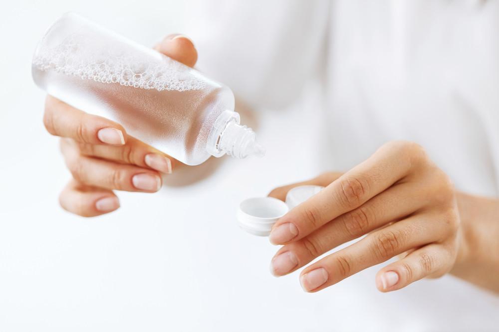 Aplikace čistícího roztoku na kontaktní čočky